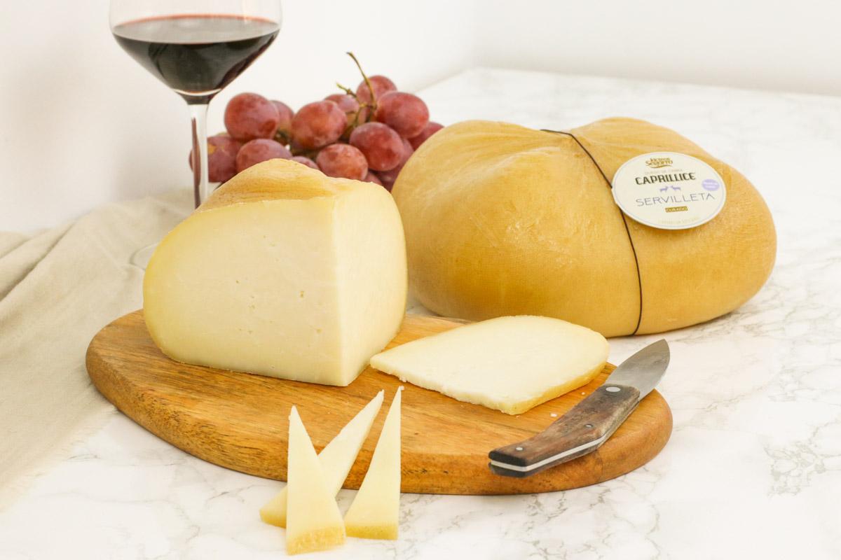 """Queso servilleta curado de cabra, uno de nuestros quesos de la marca """"CAPRILLICE""""."""