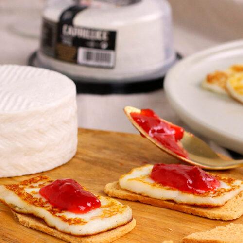 Tostadas con queso fresco a la plancha y mermelada