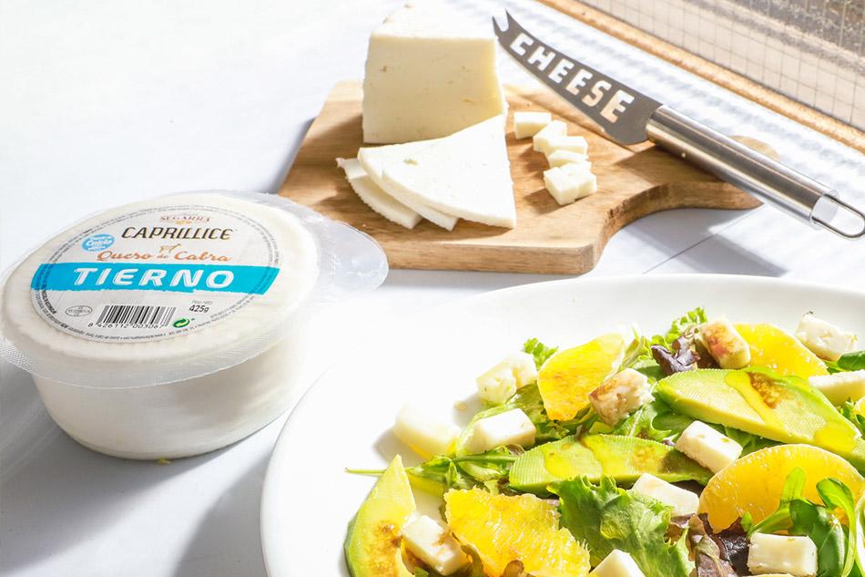 Ensalada de brotes con queso tierno