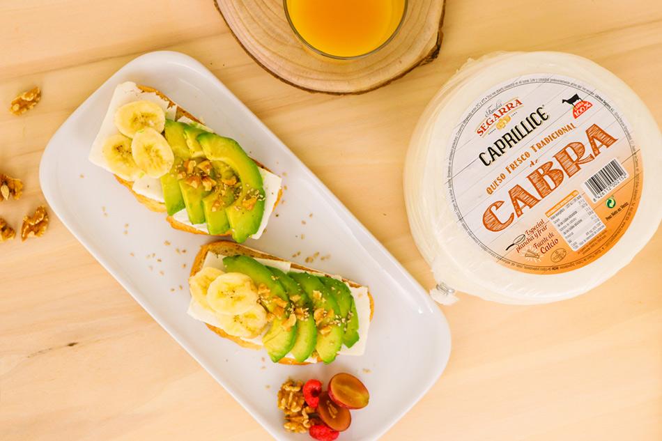 Tostada de queso fresco caprillice de Lácteos Segarra con aguacate y platano